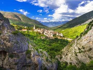 Górska wioska w Abruzji (Włochy)