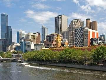 Rzeka Yarra z panoramą Melbourne (Australia)
