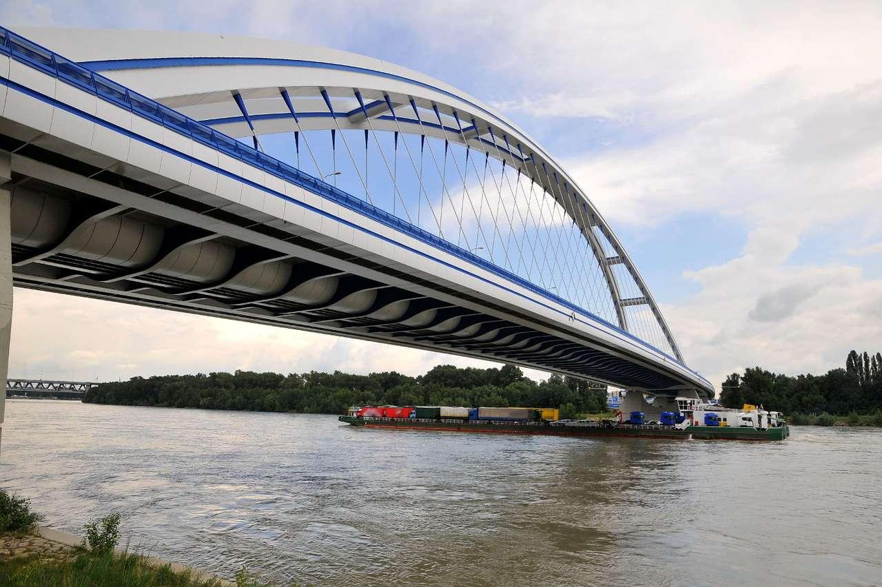 Most Apollo w Bratysławie (Słowacja) - Łukowy most Apollo zlokalizowany w stolicy Słowacji został oddany do użytku w 2005 roku jako piąta bratysławska przeprawa. Przeprawę przez Dunaj zaprojektował Miroslav Maťaščík. Nowoczesna (8×6)