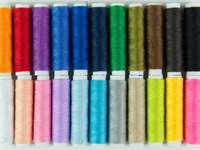 Szpulki z kolorowymi nićmi