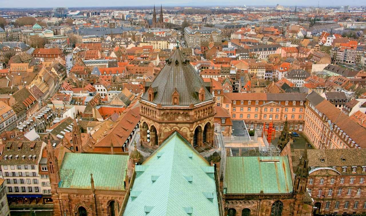 Strasburg widziany z wieży katedry (Francja) - Strasburg to francuskie miasto położone przy granicy Francji i Niemiec na Renie. Jego historia liczy sobie ponad dwa tysiące lat, podczas których mieszały się tu wpływy różnych kultur – naj (14×9)