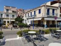 Plac z kawiarniami w Poros (Grecja)