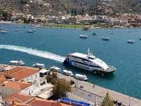 Prom cumujący do nabrzeża w Poros (Grecja)