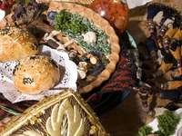 Stół zastawiony potrawami kuchni kaukaskiej