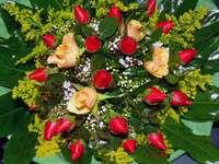 Bukiet z czerwonych i kremowych róż