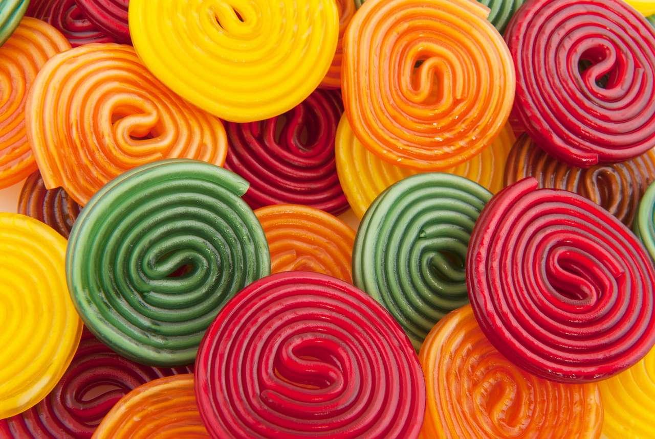 Kolorowe ślimaki z masy karmelowej - Tradycyjne karmelki powstają z masy produkowanej na bazie cukru, syropu glukozowego i wody, które gotuje się, stale mieszając aż do uzyskania jednolitej konsystencji. Aby nadać cukierkom odpowie (16×11)