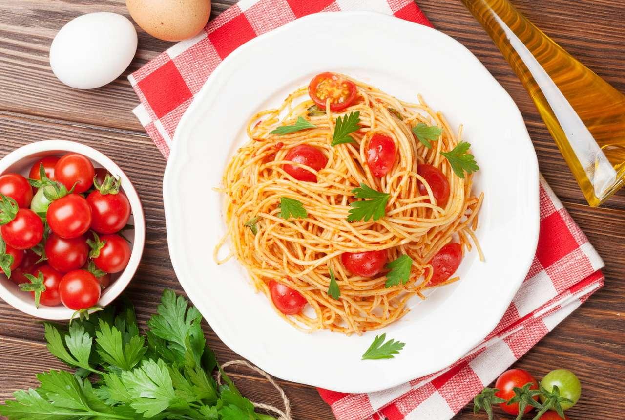Spaghetti z pomidorkami koktajlowymi i natką pietruszki