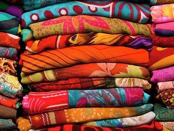 Kolorowe tkaniny na bazarze w Indiach