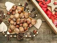 Włoskie i laskowe orzechy na bożonarodzeniowym stole