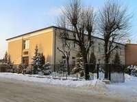 Zimowy widok szkoły