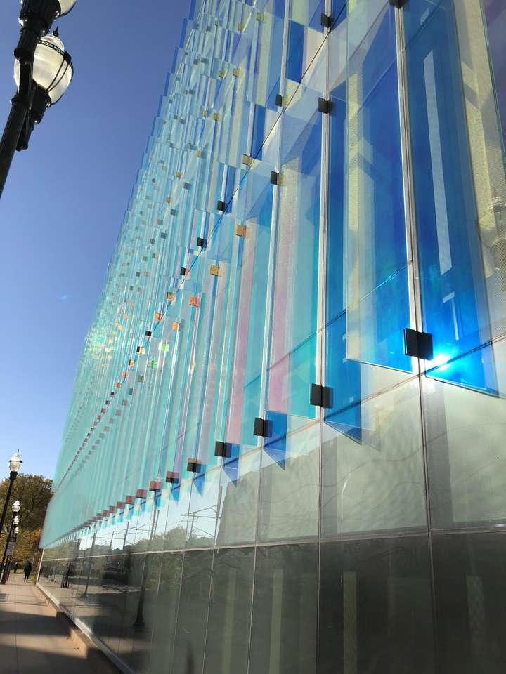 Genialne niebieskie panele w Amundson Hall