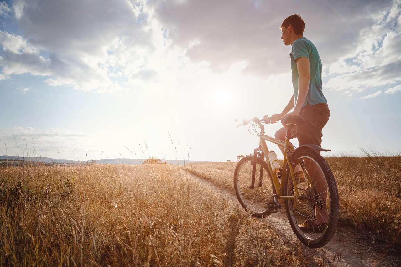 Mężczyzna podróżujący z bicyklem