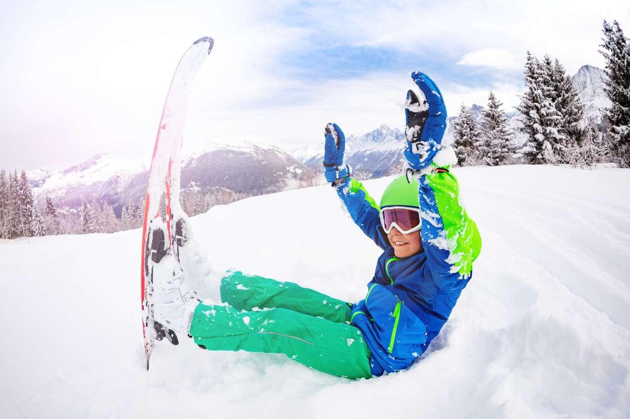 Szczęśliwa chłopiec z nartami