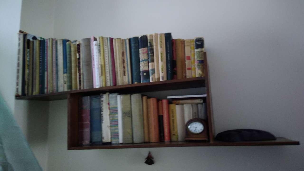 Półka z książkami puzzle online