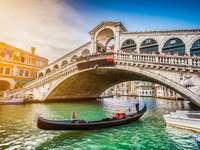 Most Rialto o zachodzie słońca w Wenecji, Włochy