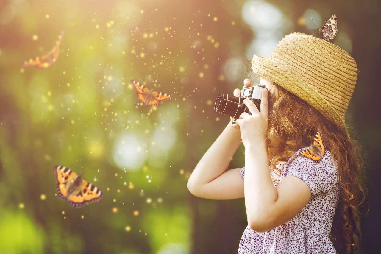 Mała dziewczynka fotografuje naturę
