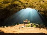 Złoty pawilon buddyjski w dzikiej jaskini, Tajlandia