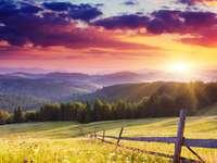 Majestatyczny zachód słońca w górach