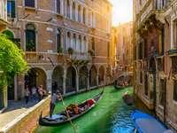 Kanał z gondolą i mostem w Wenecji, Włochy