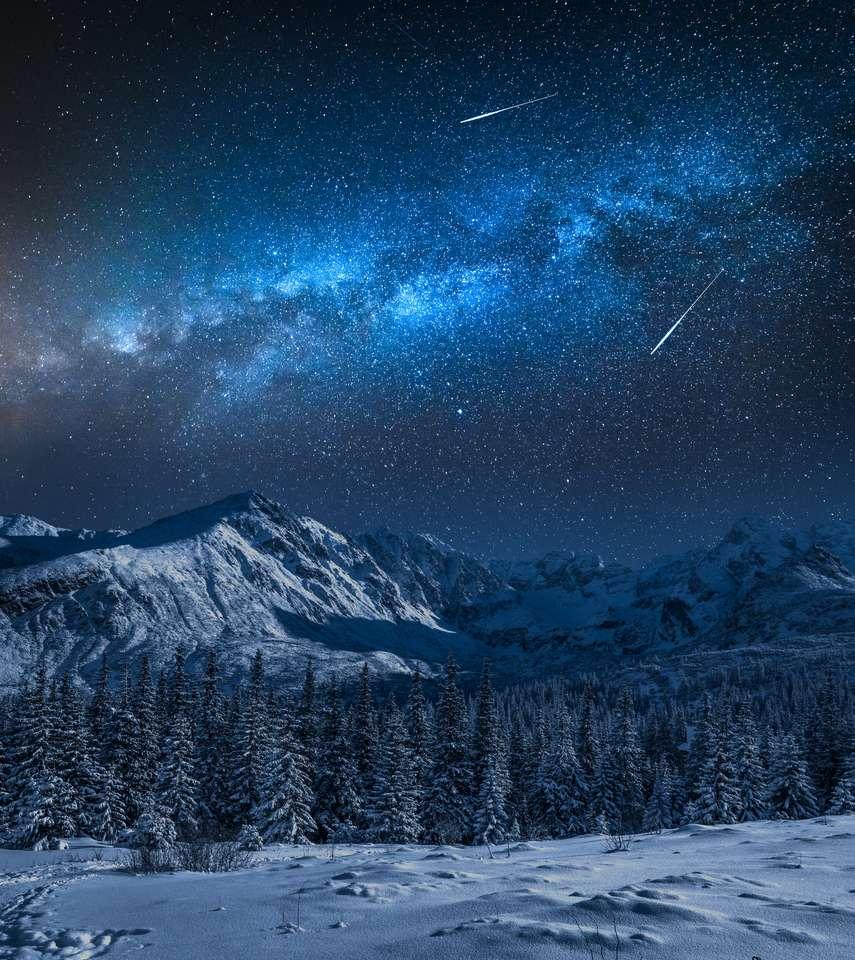 Droga Mleczna nad zaśnieżoną górą