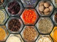 Różne kolorowe przyprawy i zioła w butelkach