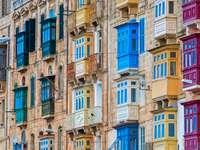 Tradycyjne kolorowe drewniane balkony w Valletta