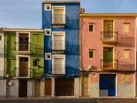 Wielokolorowe domy na ulicach Villajoyosa