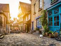 Stare miasto w Europie o zachodzie słońca