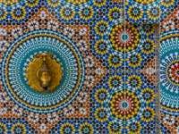 Kolorowa arabska fontanna mozaikowa i kran z brązu