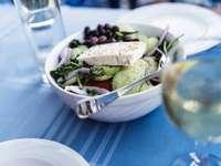 Zdrowa grecka sałatka na talerzu