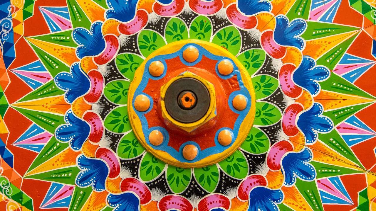 Malowane drewniane koło z tradycyjnego kostarykańskiego wozu wołowego puzzle ze zdjęcia