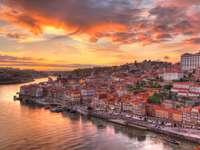 Panorama starego miasta Porto nad rzeką Douro