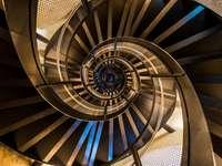 Spiralne schody w wieży - architektura wnętrza budynku