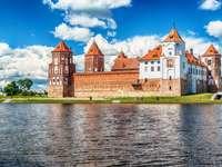 Białoruś: słynny zamek Mir w lecie