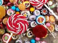 cukierki z galaretką i cukrem.