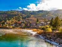 Rzeka Mo Chhu w piękny słoneczny dzień puzzle ze zdjęcia