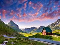 Niesamowity zachód słońca widok na góry Durmitor, Park Narodowy, Morze Śródziemne, Czarnogóra, Bałkany, Europa. Jasny letni widok z przełęczy Sedlo. zdjęcie. Droga przez górę. Kolorowe chmury.